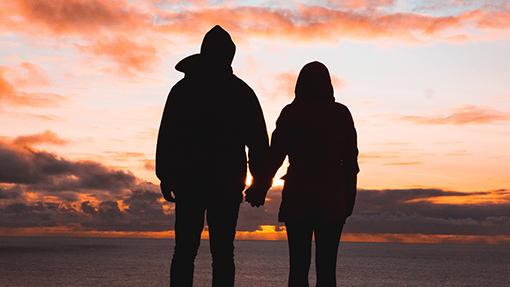 una coppia che guarda il tramonto