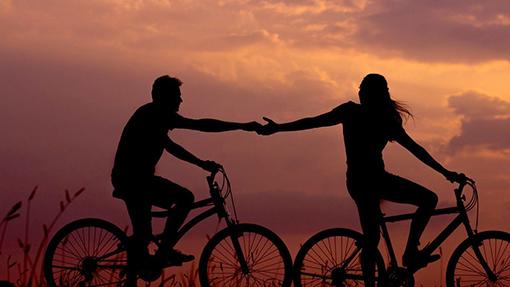 una coppia in bici